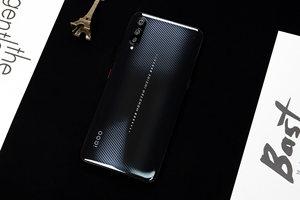 超炫酷的碳纤维纹理设计 iQOO武士黑图赏